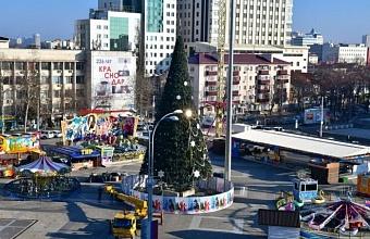 В Краснодаре демонтируют новогодние елки