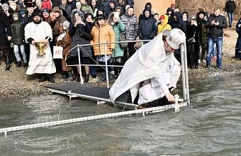 В Краснодаре около 9 тыс. человек окунулись в Крещенские купели