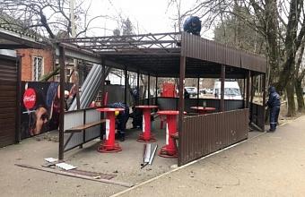 В Краснодаре в районе аграрного университета сносят незаконные летние кафе