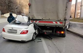В Сочи спасатели деблокировали из легковушки погибшего в ДТП водителя