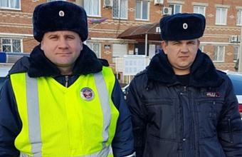 Полицейские помогли потушить пожар в Белоглинском районе