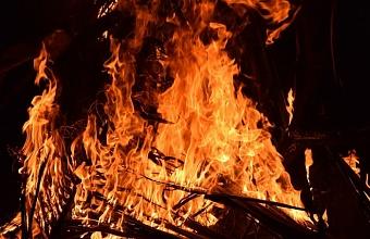 В Сочи на открытой территории загорелась растительность