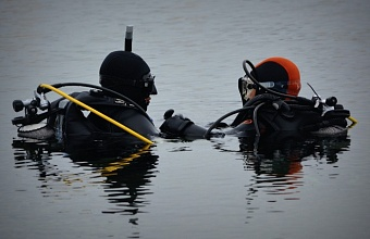 Водолазы обследовали устье реки в Сочи, откуда детей смыло в море