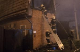 Автомобиль и кровля дома загорелись в Краснодаре