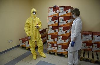 Медики Сочи получили 800 защитных комбинезонов