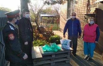 В пригороде Краснодара казаки приносят пожилым людям продуктовые наборы