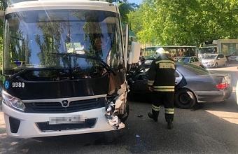 Автобус и иномарка столкнулись в Сочи, трое пострадали