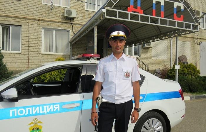 На Кубани инспектор ДПС помог мужчине с болью в сердце вовремя добраться в больницу