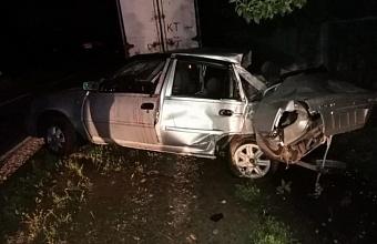 На Кубани пьяный водитель иномарки врезался в столб ЛЭП и забор дома