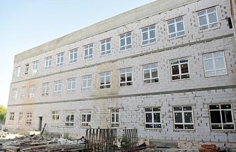 Глава Краснодара проверил ход строительства школы в пос. Российском