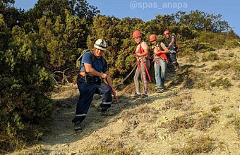 В Анапе мужчина с детьми застрял на крутом склоне горы