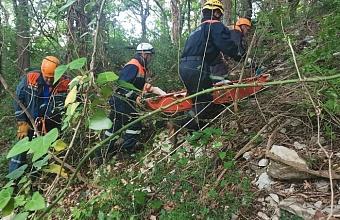 В Сочи спасатели эвакуировали из обрыва пострадавшую в ДТП женщину