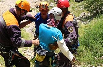 Сочинские спасатели помогли пострадавшей альпинистке спуститься со скалы
