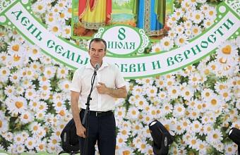 Губернатор Кубани вручил медали 15 многодетным семьям