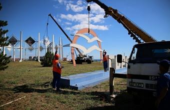 На въезде в Геленджик демонтируют стелу с чайками