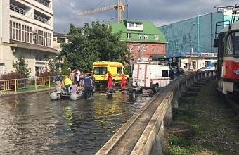 В Краснодаре из подтопленного трамвая эвакуировали 11 человек