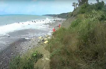 В Сочи спасатели транспортировали мужчину с травмой ноги с необорудованного пляжа