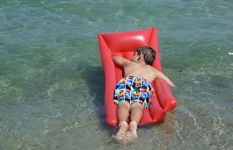 В Анапе снова запретили плавать на надувных матрасах в море