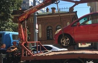 Незаконно припаркованные авто эвакуировали с ул. Красноармейской в Краснодаре