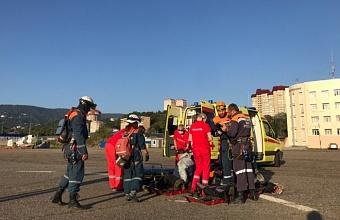 В горах Сочи спасатели эвакуировали на вертолете туриста с обширным инфарктом