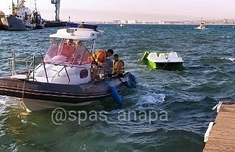 Спасатели Анапы помогли семье с двумя детьми, которых унесло в море на катамаране
