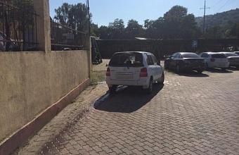 В Сочи водитель иномарки сбил пешехода и врезался в стену