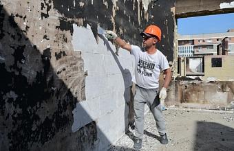 Восстановительные работы продолжаются в доме по ул. Российской в Краснодаре