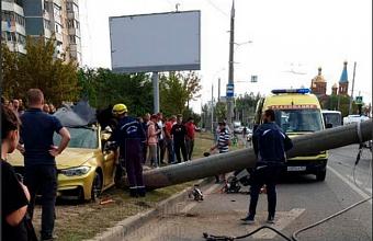 В Краснодаре BMW на высокой скорости влетела в столб, три человека погибли