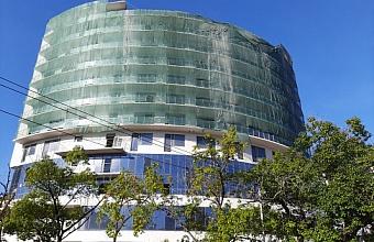 В центре Сочи демонтируют незаконно построенные этажи здания