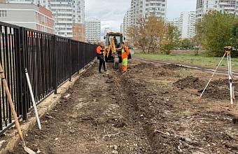 Около школы №71 в Московском микрорайоне Краснодара начали строить тротуар