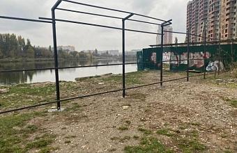 Забор в районе Карасунского водоема в Краснодаре демонтируют после благоустройства