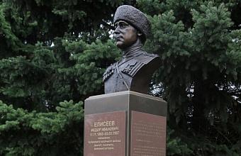 Бюст казачьего полковника Елисеева передали на Кубань