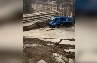 Часть дороги вместе с грузовиком обвалилась в Сочи из-за оползня