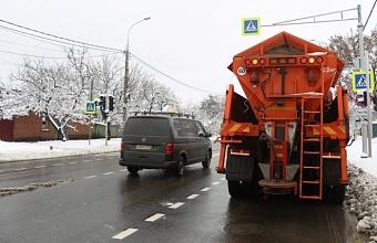 В Краснодаре обработали от гололеда около 200 участков дорог