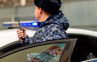 В Краснодаре росгвардейцы задержали мужчину после нападения в книжном магазине