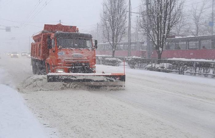 В Краснодаре снег на дорогах и тротуарах убирают 595 человек и 81 единица техники