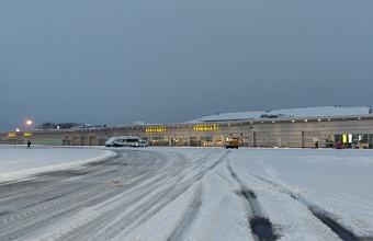 В аэропорту Краснодара из-за снегопада приостановили прием и отправку рейсов