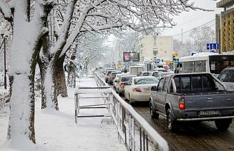 На Кубани для обработки трасс после снегопада использовали почти 5,5 тонн противогололедных материалов