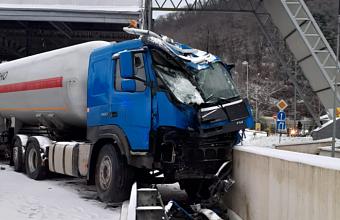 На заснеженной дороге в Сочи произошло ДТП с бензовозом
