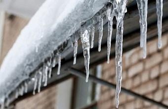 Мэрия Краснодара предупредила об опасности ледяных навесов на крышах зданий