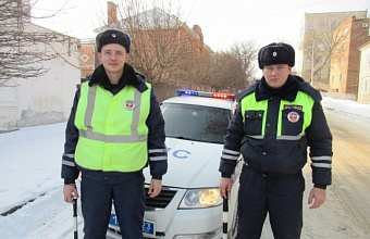 В Ейске сотрудники ДПС помогли водителю буксующей в сугробе машины