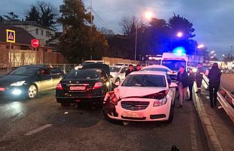 В Сочи Nissan выехал на встречку и устроил ДТП с пострадавшими