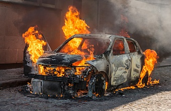 На ул. Агрохимической в Краснодаре загорелся автомобиль