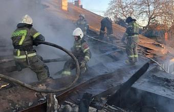 В Краснодаре на ул. Горького загорелся дом