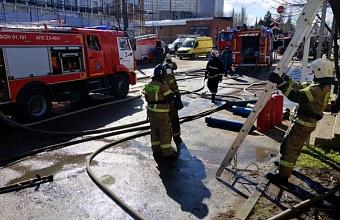 В Краснодаре потушили крупный пожар в складах на ул. Вишняковой