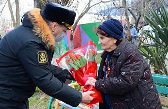 В Новороссийске десантники военно-морской базы поздравили 94-летнего ветерана с 8 марта