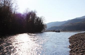 В Сочи спасатели достали из горной реки тело женщины