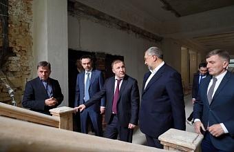 В Адыгее проинспектировали ход реконструкции Пушкинского народного дома