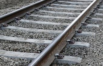 На Кубани на железнодорожном переезде поезд врезался в легковушку, есть пострадавший