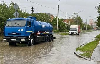 На дорогах Краснодара работает 20 вакуумных машин для ликвидации последствий дождя